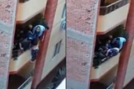 """فيديو.. مصري يلقي زوجته من البلكونة بعد شهر على الزواج: """"زهقت منها"""""""