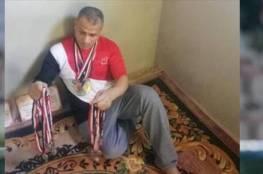 بالصور.. بطل مصري يعرض 46 ميدالية للبيع