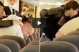 شاهد.. شجار عنيف على متن طائرة بسبب فيروس كورونا