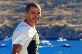 ما حقيقة السطو على منزل عمرو دياب وسرقة جوائزه العالمية؟
