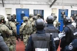 الأسرى يقررون إرجاع وجبات الطعام وإغلاق الأقسام رفضًا لإجراءات الاحتلال