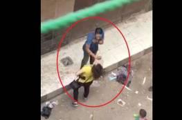 مصر: شاب يتحرش بفتاة في الشارع أمام المارة والفتاة تلقنه درسا (فيديو)
