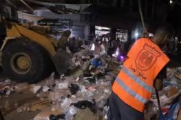 بلدية خان يونس تجمع وتُرحل 1,100 طن من النفايات الصلبة خلال ليلة وإجازة العيد