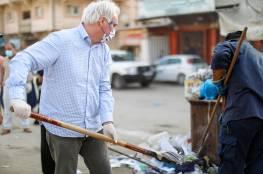 """صور: """"ماتياس شمالي"""" يشارك موظفي الاونروا تنظيف مخيم خانيونس جنوب قطاع غزة"""