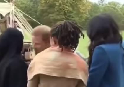فيديو: الأمير هاري يبتكر طريقة جديدة لتقبيل المحجبات وهكذا ردت عليه إحداهن