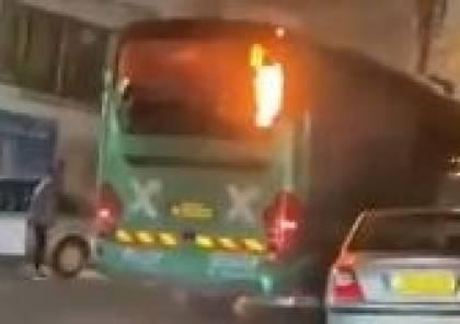 شبان العيسوية يشعلون حافلة إسرائيلية بالحارقات
