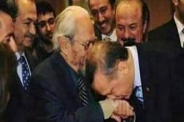 """هل قبّل أردوغان يد """"زعيم الماسونيّة""""؟ وما حقيقة الرجل """"اليهودي""""الذي ظهر في الصورة؟"""