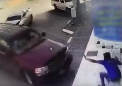 فيديو: سيارة تقتل عامل سئ الحظ بطريقة بشعة