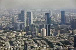 انتقادات واسعة لمواطن بحريني قدم هدية لأفيخاي أدرعي في تل أبيب (فيديو)