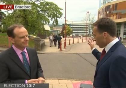 """مراسل """"BBC"""" في موقف محرج على الهواء مباشرة (شاهد)"""