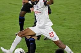 أول لاعب يرتدي كمامة خلال مباراة فريقه