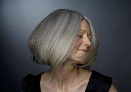 يمكن للمرأة أن تحتفظ بلون شعرها الرمادي وتظل جميلة