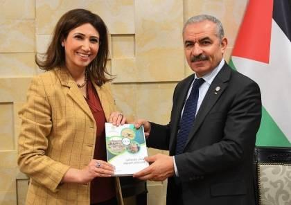 اشتية يتسلم التقرير السنوي للجهاز المركزي للإحصاء الفلسطيني