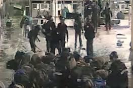 موثق بكاميرات مراقبة: السجانون الاسرائيليون اعتدوا على أسرى مكبلين بوحشية (فيديو)