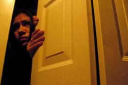 وضع كاميرا مراقبه في بيته .. فاكتشف أنه لا يعيش بمفرده!