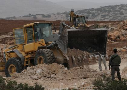 الخليل: الاحتلال يغلق طريقا بالسواتر الترابية