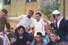 """بالصور: مستوطنون يرفعون """"فوق الأكتاف"""" خلال عُرس فلسطيني برام الله"""