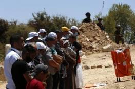 """عشرات المواطنين يؤدون """"الجمعة"""" بأراضيهم المهددة بالاستيلاء بيطا"""