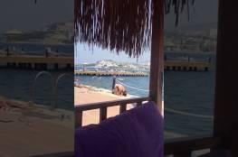 فيديو: فتاه تصلي بالبكيني على شاطئ البحر..غباء أم تمثيل واساءة للإسلام