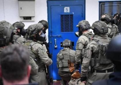 """هيئة الأسرى: قوّات القمع تقتحم غرف الأسرى في """"عسقلان"""" وتنقلهم إلى القسم (3)"""