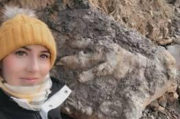 شاهد..عالمة تكتشف بصمة ديناصور عملاق عمره 175 مليون عام أثناء جمعها المحار!
