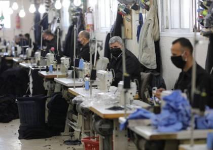 """شاهد: """"الداخلية بغزة"""" تشرع بتصنيع الكمامات لتوزيعها على المواطنين"""