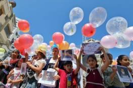 أطفال غزة يطلقون بالونات تحمل صور الشهداء ويدعون لحمايتهم