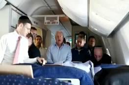 سفير أمريكا يؤدي صلوات تلمودية خلال رحلة مع نتنياهو لأمريكا (شاهد)