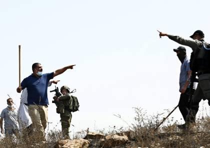 مستوطنون يهاجمون منازل المواطنين ويعتدون بالضرب على المزارعين بمسافر يطا