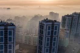 كاميرا توثق لحظات مأساوية:  تطاير سقف بناء بسبب الرياح وسقوطه على المارة