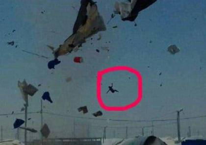 كأن هذا ما ينقصها .. فيديو: إعصار مرعب يقذف طفلة لاجئة مع خيمتها في الهواء