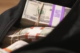 رجل يعثر على حقيبة بها هدايا وآلاف الدولارات