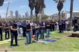 المئات يؤدون صلاة الجمعة في ساحة يافا المركزية احتجاجاً على تجريف المقبرة الإسلامية