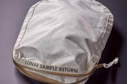 أول حقيبة رحلت الي القمر .. تعرض للبيع !