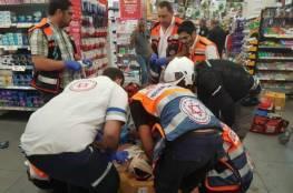 """صور: اعتقال فلسطيني طعن اسرائيليا داخل """"سوبر ماركت"""" في مدينة يبنى"""
