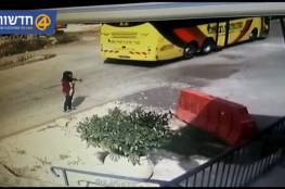 فيديو: جيش الاحتلال يدرس طرد جندي بسبب فراره من طفلة فلسطينية حاولت طعنه