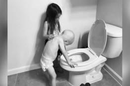 صورة موجعة لطفل مريض بالسرطان وأخته
