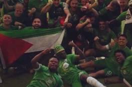 فريق كرة قدم سويدي يرفع العلم الفلسطيني خلال تتويجه بكأس الدوري (صور)