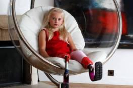 """طفلة مبتورة ساقين """"تصنع التاريخ"""" في عالم الموضة"""