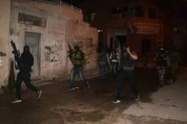 فيديو: اعتقالات واشتباكات بين الأجهزة الأمنية ومسلحين داخل مخيم بلاطة