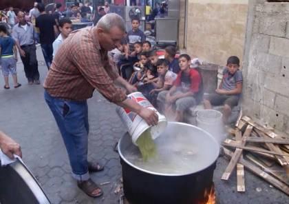 غزة: مواطن يطهو الطعام لتقديمه للمحتاجين مع التزامه بإجراءات الوقاية