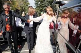مسؤولة روسية تحتفل بزفافها في سيارة دفن الموتى!