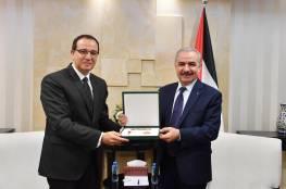 نيابة عن الرئيس: اشتية يقلد السفير المصري وسام نجمة القدس