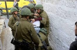 صحيفة عبرية: جنود الاحتلال اعتدوا بوحشية على معتقل فلسطيني