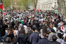 متظاهر مُسن ينصب العلم الفلسطيني على ارتفاع شاهق أمام السفارة الأمريكية بلندن  (فيديو)