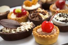 ماذا  يحدث لجسمك عند تناول الحلويات بشراهة ؟!