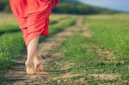 طبيب يكشف عن فائدة صحية كبيرة من المشي حافي القدمين