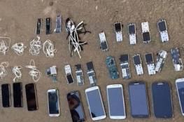الاحتلال يضبط 11 هاتفًا وعشرات بطاقات الهواتف داخل سجن عوفر