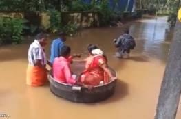 """""""الحب في زمن الفيضان"""".. هنديان ذهبا إلى زفافهما في طنجرة طبخ (فيديو)"""