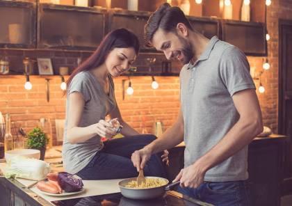 شاركيه مطبخك.. هكذا يساهم الطبخ في تعزيز روابط الزوجين